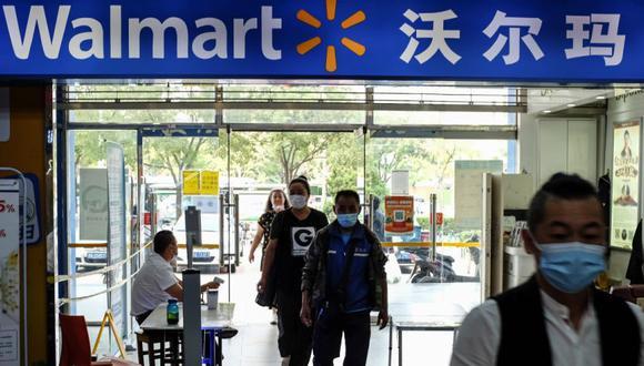 Varias personas entran en un supermercado Walmart en Beijing, China. (Foto: EFE/EPA/WU HONG/Archivo).