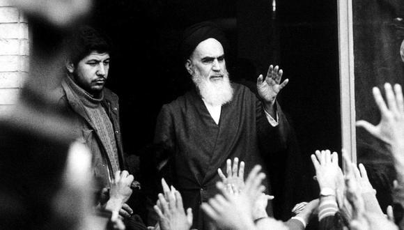 El líder de la Revolución Islámica, el ayatola Jomeini, habla desde el balcón de la escuela Alavi en Teherán, Irán, en febrero de 1979. (Reuters).