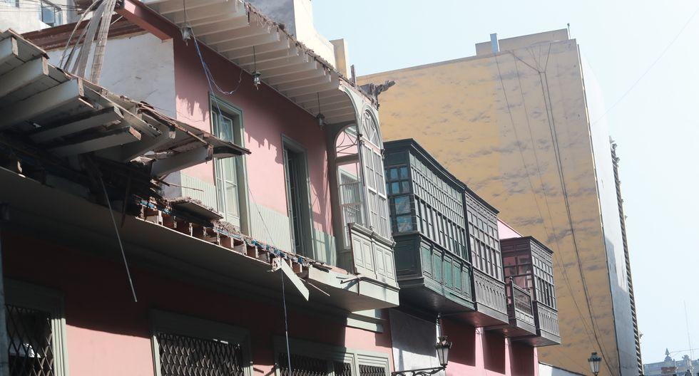 El último lunes, un balcón se desplomó tras la caída del techo de una antigua vivienda en jirón Carabaya Cdra. 3 , del Centro de Lima.  (Lino Chipana / GEC)