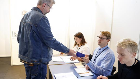 Imagen de las elecciones en Islandia. En la foto, el candidato del Partido Socialista, Gunnar Smari Egilsson, vota. AP
