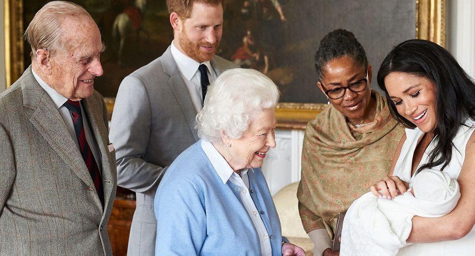 Imagen difundida por la cuenta de Instagram de los duques de Sussex. En la fotografía se observa a la monarca, su esposo, a Archie Harrison, al príncipe Harry, a Meghan Markle y a su madre Doria Ragland. (Foto: EFE)