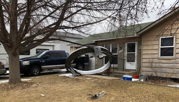 Escombros caídos del motor de un avión de United Airlines en el vecindario de Broomfield, en las afueras de Denver. (AFP).