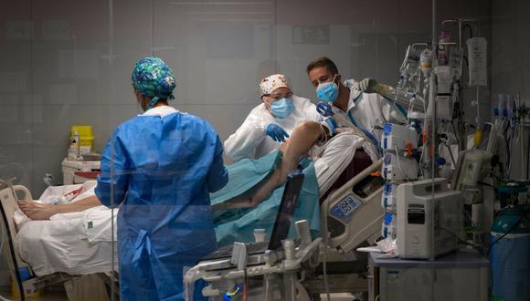 Personal médico atiende a un paciente de coronavirus en el nuevo hospital de urgencias Enfermera Isabel Zendal de Madrid el 17 de marzo de 2021. (Foto de PIERRE-PHILIPPE MARCOU / AFP).
