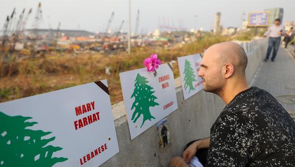 Un hombre mira un nombre de los 191 muertos en la explosión del 4 de agosto pasado en Beirut.  (Foto: AFP)