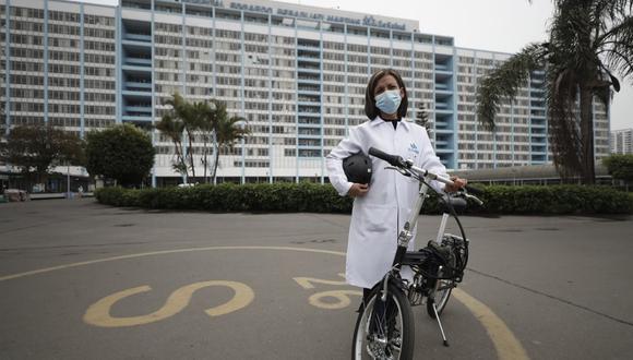 """Bicicletas para ayudar a médicos. ¿Cómo facilitar el trabajo de los médicos que atienden el COVID-19? Para responder esta pregunta, los fundadores de La Bicicletería (https://www.labicicleteria.pe/) crearon una campaña para prestar bicicletas al personal de salud que no tenía cómo ir a los hospitales. Lograron conectar a 30 médicos con voluntarios que cedieron temporalmente sus equipos. """"Ir en bici al trabajo fue la mejor experiencia que tuve en la cuarentena"""", dice Ana Núñez, médica que pudo movilizarse de forma segura gracias a esta iniciativa ajena pensando en los demás. (Foto: César Campos)"""