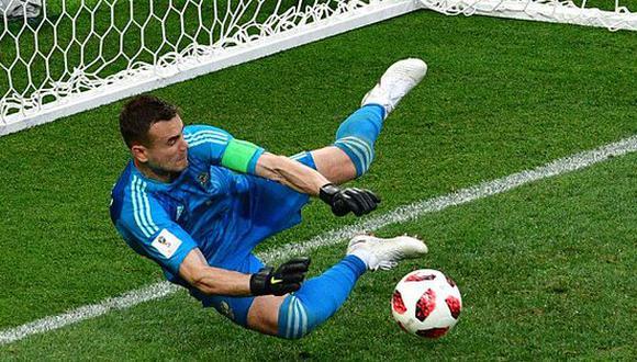 Igor Akinfeev se transformó en el héroe de Rusia después de atajar dos penales claves a España en la llave de octavos de final del Mundial 2018. (Foto: AFP)