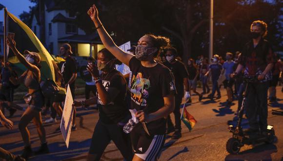 Los manifestantes marchan durante una manifestación contra el tiroteo de Jacob Blake en Kenosha, Wisconsin. (Foto: Kamil Krzaczynski / AFP).