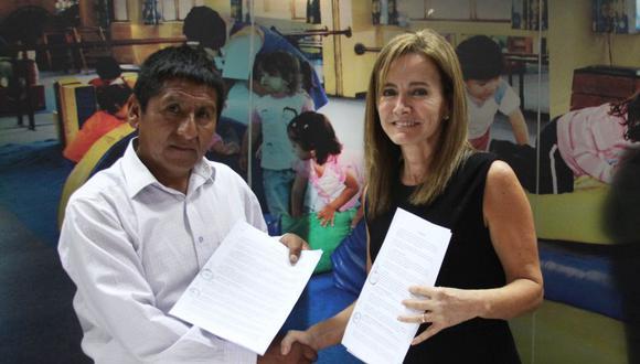 Miércoles 09 agosto: El Minedu hizo público un segundo acercamiento con el magisterio. Martens firmó un acta con el secretario general del SUTE Cusco, Ernesto Meza Tica, y los representantes de Pasco, Lambayeque y Lima Provincias. (Foto: Minedu)