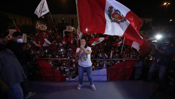 La candidata presidencial de Fuerza Popular dirigió un discurso a sus simpatizantes a las afueras del local de su partido, luego que la ONPE contabilizó el 100% de las actas. (Foto: El Comercio)