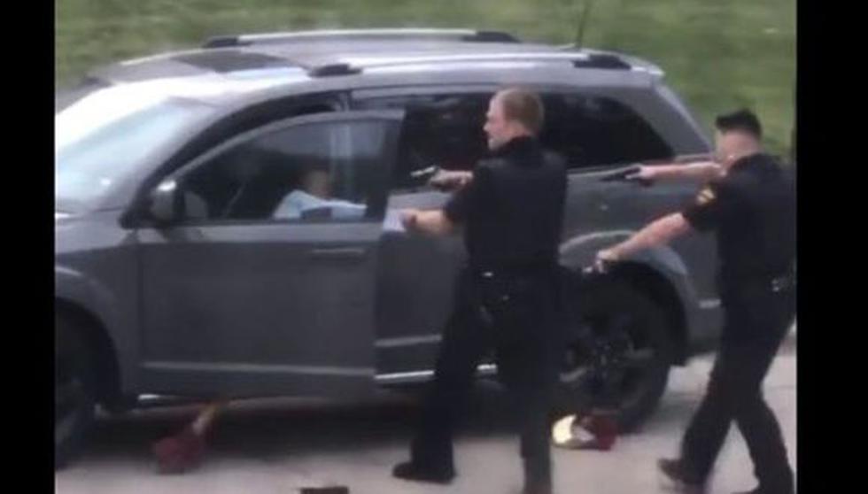 Captura de video del momento en el que la policía de Wisconsin le dispara siete veces a un hombre negro identificado como Jacob Blake por la espalda y desata protestas en Kenosha. (Twitter).