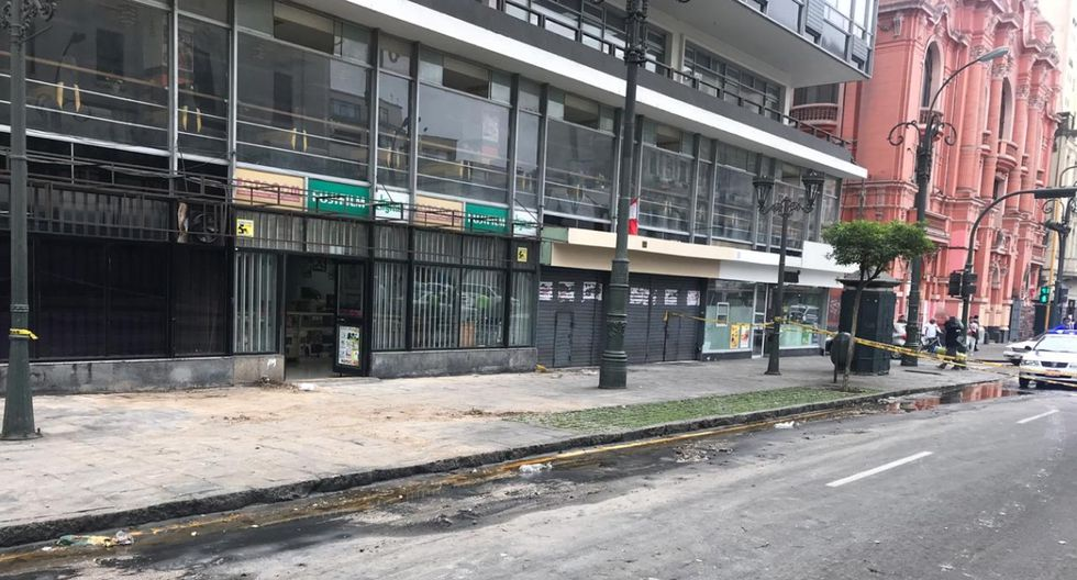 Cuatro establecimientos quedarán clausurados mientras las autoridades evalúan el edificio que quedó en ruinas tras incendio. (Foto: Cristina Fernández / El Comercio)