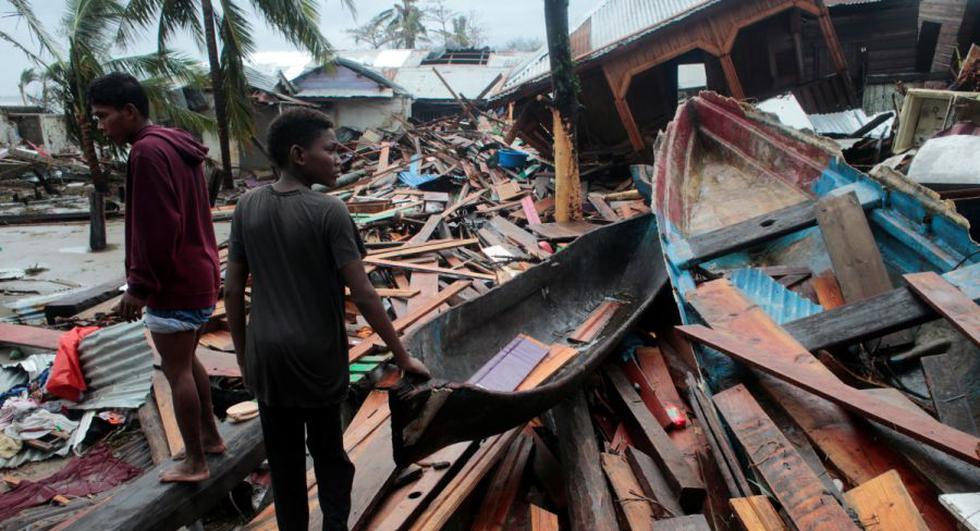 Los residentes se paran sobre los escombros mientras miran una casa dañada por el paso del huracán Iota, en Puerto Cabezas, Nicaragua. (REUTERS / Oswaldo Rivas).
