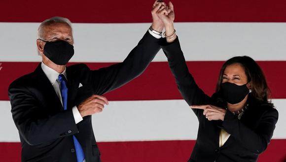 El presidente electo de Estados Unidos, Joe Biden, y su vicepresidenta Kamala Harris celebran en el escenario en Milwaukee, Wisconsin, Estados Unidos, el 20 de agosto de 2020. (REUTERS/Kevin Lamarque).