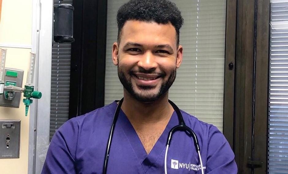 Frank Báez se graduó como enfermero en la universidad donde era conserje. (Facebook / @AAMN_NYC)