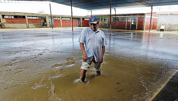 A días de iniciar el año escolar, el colegio Genaro Martínez Silva en Pedregal Grande luce inundado en lodo. Las aulas han colapsado. (Alonso Chero: Enviado Especial/El Comercio).