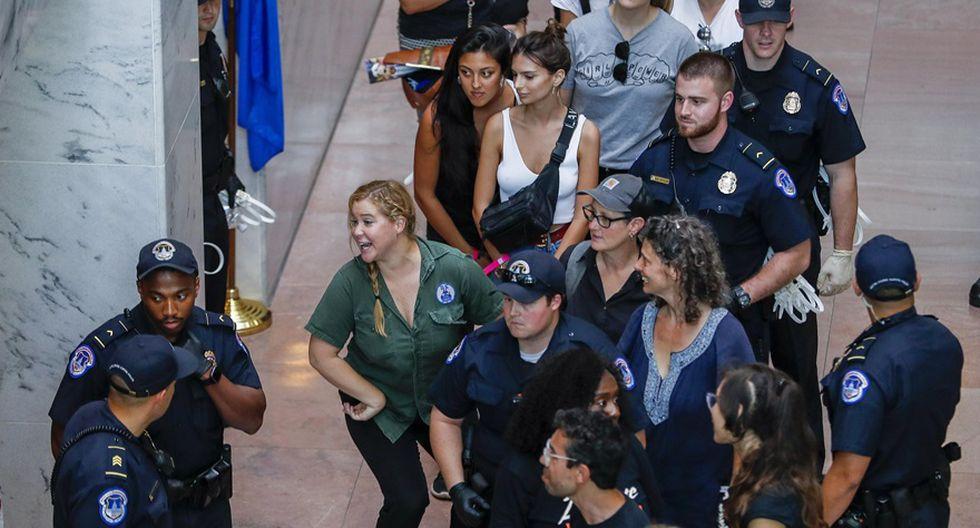 Amy Schumer gesticula tras detención en el atrio del edificio de la oficina del Senado de Hart en Washington, DC, EE. UU. (Foto: Agencias)