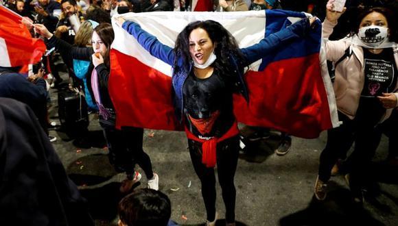 Miles de chilenos salieron a la calle a celebrar la victoria del Apruebo en el plebiscito nacional por una nueva Constitución. (REUTERS).