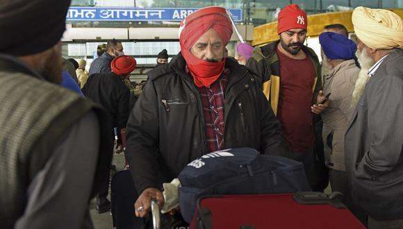 Los pasajeros son vistos llegan desde el Reino Unido después de pasar por una prueba de coronavirus Covid-19 en el Aeropuerto Internacional Sri Guru Ram Dass Jee, en las afueras de Amritsar, India. (Foto referencial, Narinder NANU / AFP).