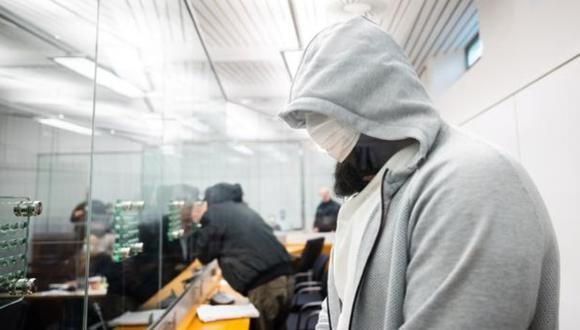 El líder del Estado Islámico en Alemania oculta su rostro cuando llega a la corte. (Foto: AFP)