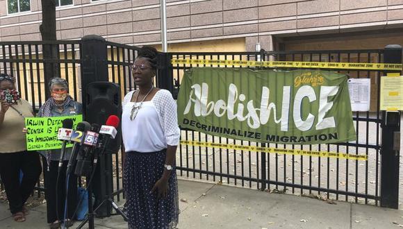 En esta imagen del martes 15 de septiembre de 2020, Dawn Wooten, enfermera en el Centro de Detención del condado Irwin, en Ocilla, Georgia, habla durante una conferencia de prensa en Atlanta para denunciar las condiciones de la cárcel de inmigrantes. (Foto: AP)