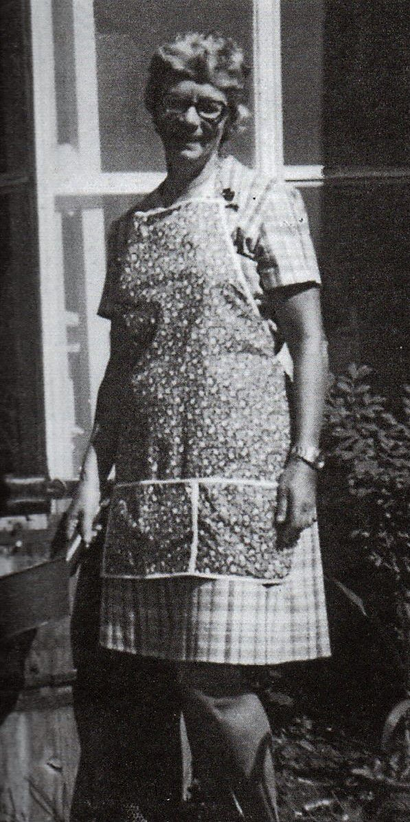 """La recordada periodista aparece en el jardín de su casa en Chaclacayo. Foto tomada del libro """"Así era Elsa"""" de Bertha de León. (Editorial El Principito, Lima 2013)."""