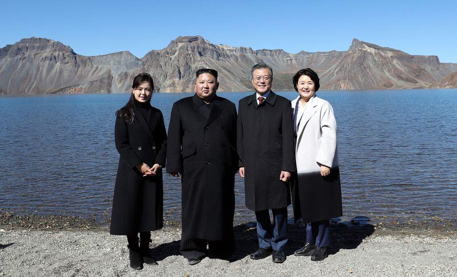 Kim Jong-un y Moon Jae-in muestran su unidad en la montaña sagrada de los coreanos. (AFP).