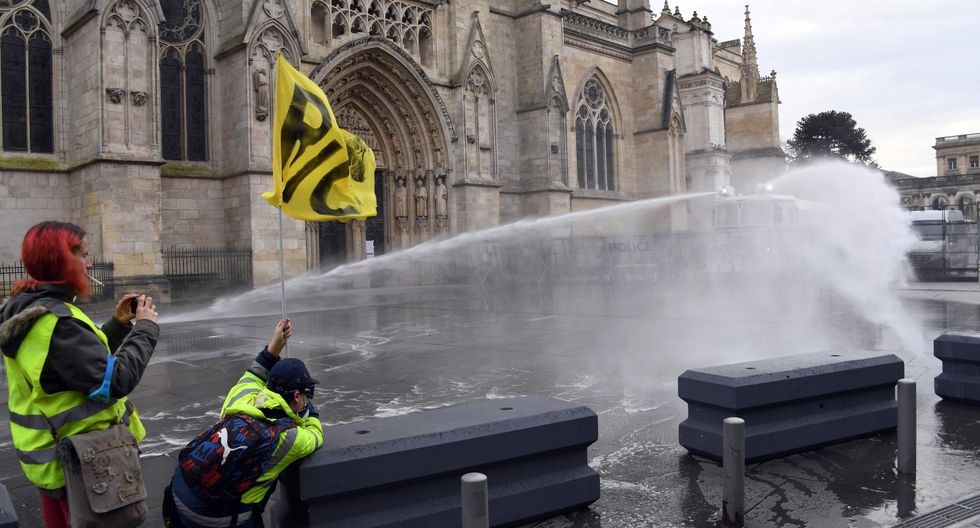 Imágenes de la la décimo tercera jornada de protesta de los chalecos amarillos en contra de las políticas sociales y económicas del presidente de Francia, Emmanuel Macron. (Foto: AFP)