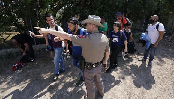 En esta foto del 16 de junio de 2021, un agente del Departamento de Seguridad Pública en Del Rio, Texas, dirige hacia un lugar a un grupo de migrantes que cruzaron la frontera y se entregaron a las autoridades. (AP Foto/Eric Gay, Archivo).