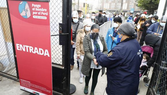 Las personas de ese grupo etario deben conocer el lugar, fecha y hora de vacunación en la plataforma Pongo el Hombro. (Foto: El Comercio)