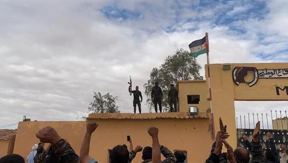 Simpatizantes del Frente Polisario responden a una arenga en uno de los campos de refugiados saharauis en Rabuni, Argelia, este viernes. (EFE/Javier Martín Rodríguez).