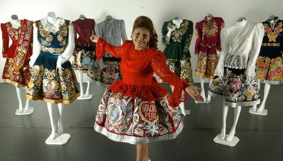 Con su colección de trajes. Actualmente tiene 80 completos. Este año, Dina tenía planeado lanzar una nueva producción y celebrar sus 30 años sobre los escenarios. (Foto:Marisol Regis/El Comercio)