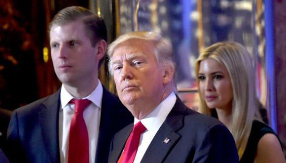 Donald Trump (centro) pasó el control de la organización a sus hijos cuando fue presidente. (Foto: Getty Images)