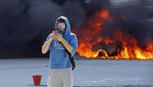 Un manifestante utiliza su celular durante unas protestas ciudadanas en Turquía, en agosto del 2019. (Reuters)