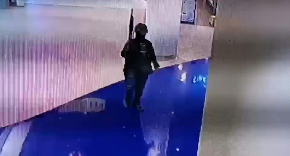 El atacante es captado por la cámara de seguridad de un centro comercial de Tailandia. (AFP).