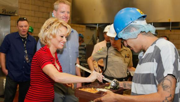 Pamela Anderson sorprende a prisioneros dándoles de comer