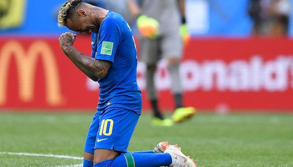 Neymar protagonizó varios momentos destacados en el partido entre Brasil y Costa Rica: simuló un penal invalidado por el VAR, anotó un gol en el epílogo del partido y se quebró al termino del mismo. (Foto: AFP)