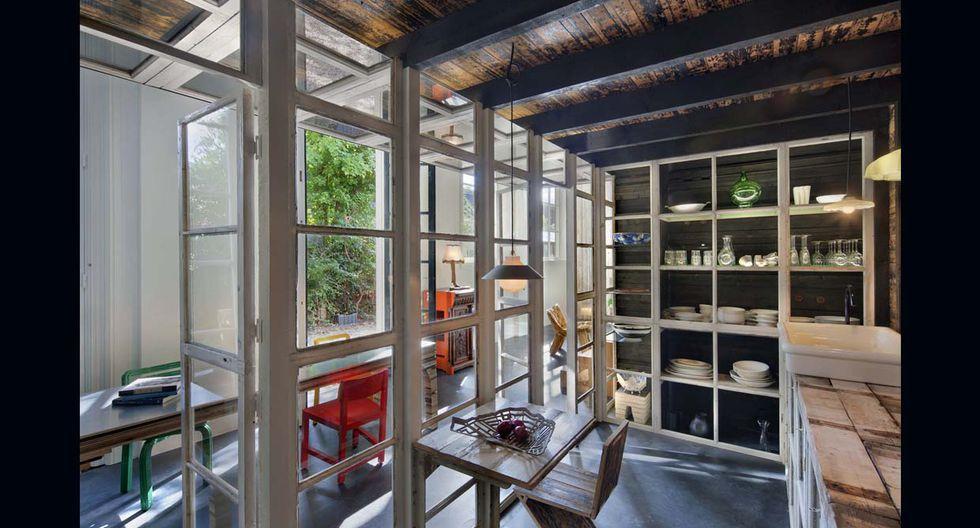 El espacio de la casa es de 105 m2. Aquí se observa la singular bañera que instalaron en la parte superior. Al costado se ubica el dormitorio y un pequeño espacio de trabajo. (Foto: olf.fr)