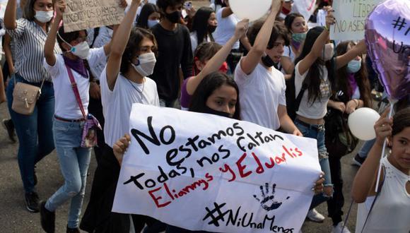 La gente participa en una marcha de protesta en Acarigua, Venezuela exigiendo seguridad y justicia pocos días después de que tres jóvenes fueran asesinadas en diferentes lugares del estado Portuguesa. (Foto: AFP / Yuri CORTEZ).