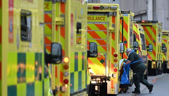 Un paramédico es visto llevando a un paciente de coronavirus a un hospital de Londres, Reino Unido, el 5 de enero de 2021. (Foto de JUSTIN TALLIS / AFP).