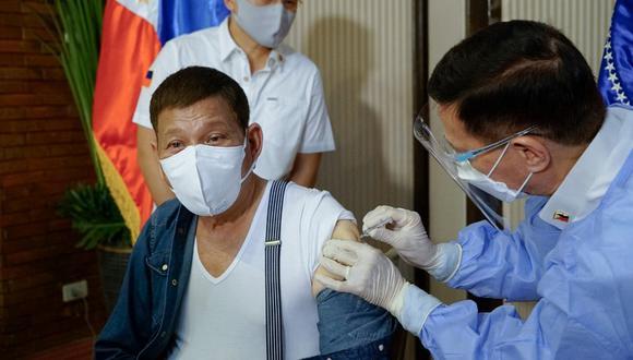 El presidente Rodrigo Duterte advirtió el miércoles que los filipinos que se nieguen a ser vacunados contra el COVID-19 no serán autorizados a salir de sus casas. (Foto: King Rodrigues / AFP)