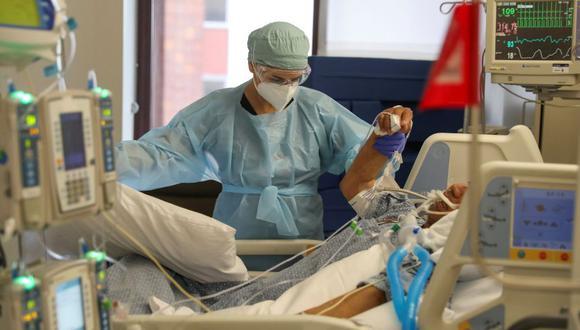 Coronavirus USA | Ultimas noticias | Último minuto: reporte de infectados y muertos en Estados Unidos sábado 6 de junio del 2020 | Covid-19 | La doctora Zafia Anklesaria, codirectora de la unidad de cuidados intensivos del Centro Médico del Hospital CommonSpirit's Dignity Health en Los Ángeles, California, atiende a una paciente de COVID-19. Anklesaria, de 35 años, está embarazada de siete meses. (Foto: Reuters / Lucy Nicholson)