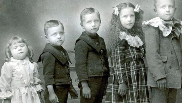 Era común que las familias tuvieran muchos hijos, y también común que murieran antes de cumplir cinco años. En esta imagen, la niña más pequeña ha muerto y está apoyado contra un soporte para la imagen. (BBC Mundo).