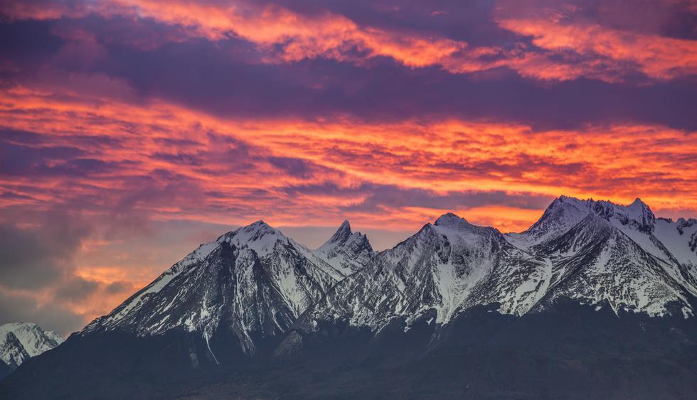 Vista de los montes Martial, al norte de Ushuaia, durante un hermoso atardecer. Foto: Shutterstock.