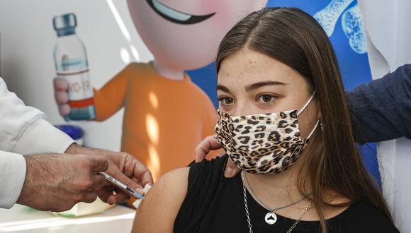 Una adolescente recibe una dosis de la vacuna contra el COVID-19 de Pfizer/BioNtech en Israel. (Foto: JACK GUEZ / AFP)
