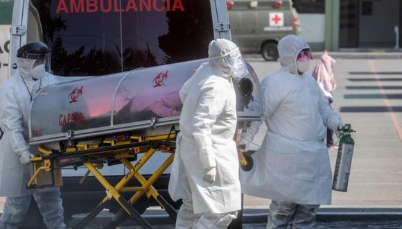 Los paramédicos trasladan a un paciente sospechoso de estar infectado con el nuevo coronavirus al Batallón 22 del Hospital de la Policía Militar, en la Ciudad de México. (Foto: AFP / PEDRO PARDO).