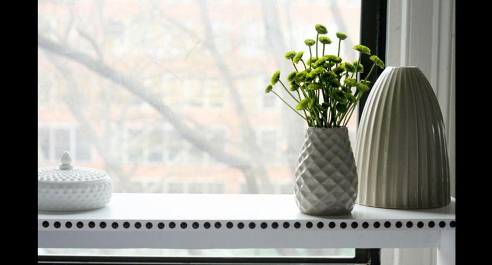 Se instaló una especie de mesa donde se ubican las flores, el toque verde dentro de la habitación predominantemente blanca. (Foto: jenchudesign.com)