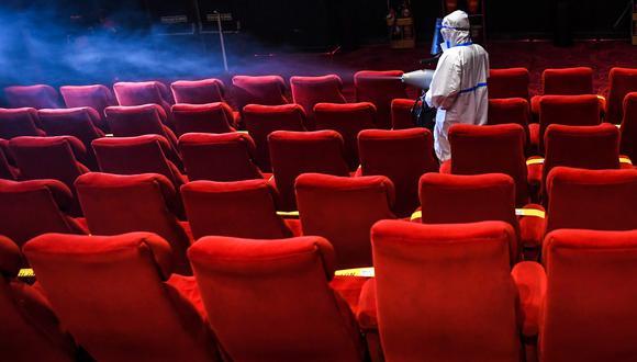 con la pandemia del Covid-19, los cines de todo el Perú permanecieron cerrados hasta la aprobación de un protocolo de sanidad. Con las reglas claras, las cadenas se alistan a retomar sus operaciones. (Foto: Prakash SINGH / AFP)