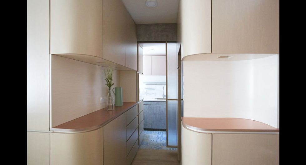 Un pasadizo se conecta con la cocina. El espacio luce bien iluminado. (Foto: Sim-Plex Design Studio)