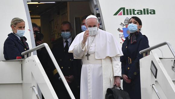 El papa Francisco saluda mientras aborda un avión en el aeropuerto de Roma Fiumicino, el 5 de marzo de 2021. (Andreas SOLARO / AFP).