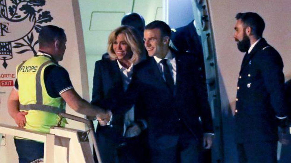 Quién lo habría imaginado: Macron saludando, alegre, a un chaleco amarillo.